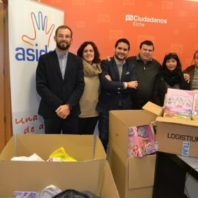 Cs entrega los juguetes y ropa infantil de la campaña de Navidad a la Asociación Asidali para ayudar a los más desfavorecidos