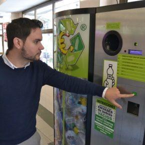 El mercado de la Plaza de Barcelona ya dispone de la máquina para reciclar impulsada por Cs Elche