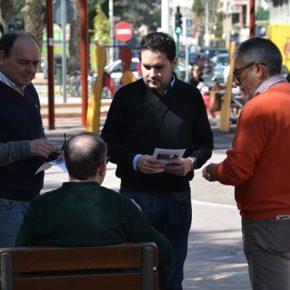 Los vecinos de la Plaça de Crevillent reclaman en la carpa de Ciudadanos más aparcamientos, mayor limpieza y mantenimiento