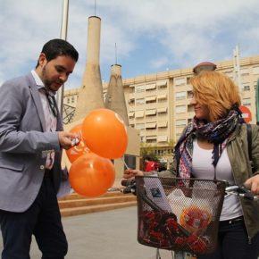 El portavoz de Ciudadanos David Caballero muestra su malestar por el estado de abandono de la zona de la plaza El Algeps