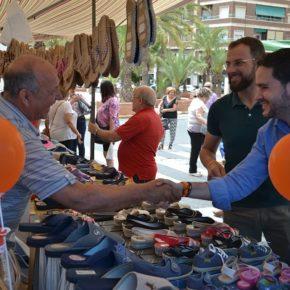 Los vecinos de la Plaza de Madrid demandan a Ciudadanos más vigilancia en el barrio y ampliar el mercado ambulante