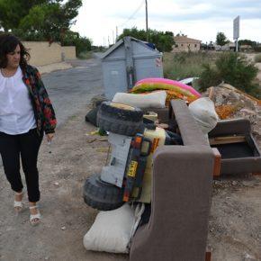 """Eva Crisol denuncia ante Ayuntamiento que la primera parada de autobús escolar hacia el colegio Valverde """"es una escombrera"""""""